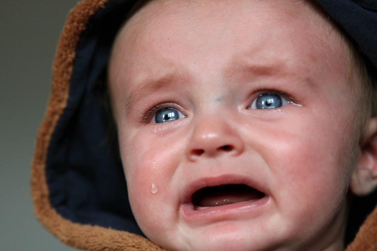 Lo que todos aspiramos es que el bebé esté lo más cuidado posible, bien nutrido, cómodo, apaciguado, a salvo y seguro. Sin embargo las informaciones del exterior no paran de entrar en la vida de un niño y el bebé está expuestos a una cantidad enorme de estímulos nuevos que fácilmente pueden superar a su capacidad de gestionarlos e incorporarlos sin sobrepasar el umbral del estrés.